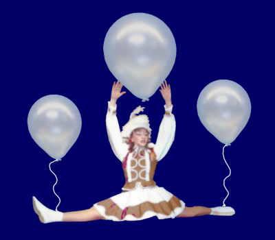 Tanzmariechen schweben mit Luftbakllons auf Karneval und Fasching